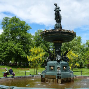 Halifax_Statue auf Brunnen betrachget Paar auf Bank