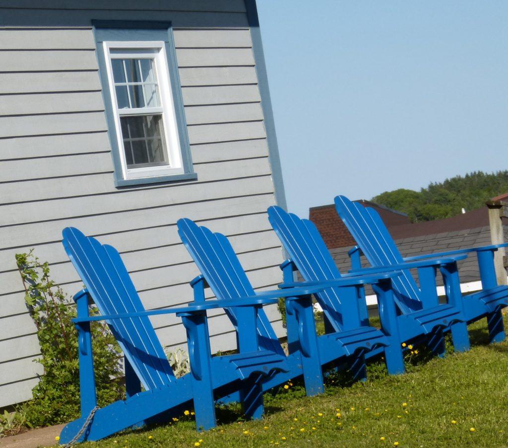 Réception des Campingplatzes in Lunenburg - kanadische Liegestühle in Blau