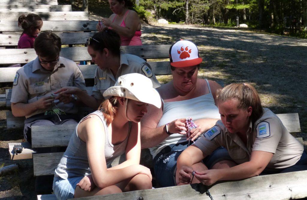 Killbear Provincial Park_Kreativ Gruppe beim Hand-Häkeln