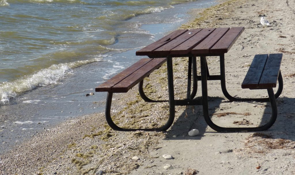 Watchhorn Provincial Park_einsamer Tisch am See